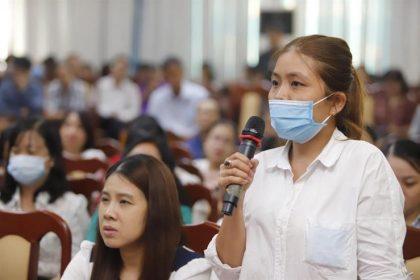 Phụ huynh có con học ở Trường tiểu học Lê Anh Xuân (Q.7, Tp.HCM) bày tỏ những khó khăn khi con học lớp 1 - Ảnh: N.Hùng