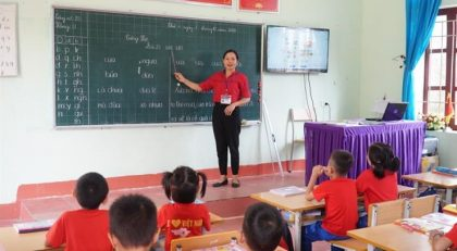 Giờ học của cô trò lớp 1 Trường Tiểu học Châu Hội 1 (huyện Quỳ Châu, Nghệ An). Ảnh: Hồ Lài