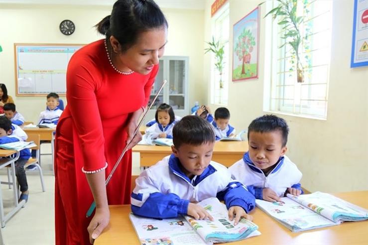 Cô Bàn Thị Hường - giáo viên chủ nhiệm lớp 1A1, Trường Phổ thông dân tộc bán trú tiểu học & THCS Đồng Lâm 2 (Quảng Ninh) hướng dẫn đọc bài trong tiết học tiếng Việt. Ảnh: Dự án RGEP