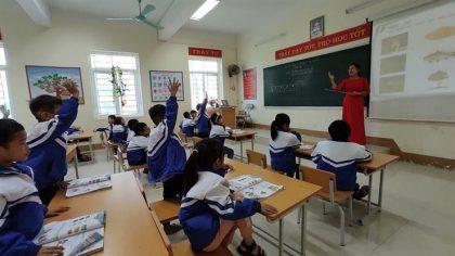 Giáo viên được chủ động, sáng tạo khi dạy theo chương trình mới. Giờ học tại lớp 1A1, Trường Phổ thông dân tộc bán trú Tiểu học - THCS Đồng Lâm 2. Ảnh: Dự án RGEP